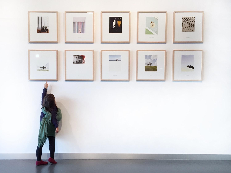 fotografía de una niña viendo cuadros