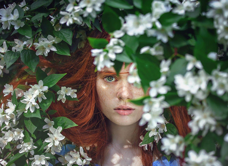Retrato de una chica entre flores