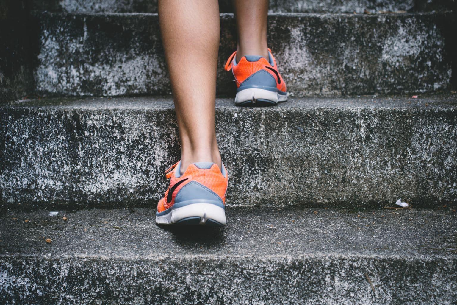 fotografía de unas piernas subiendo escaleras