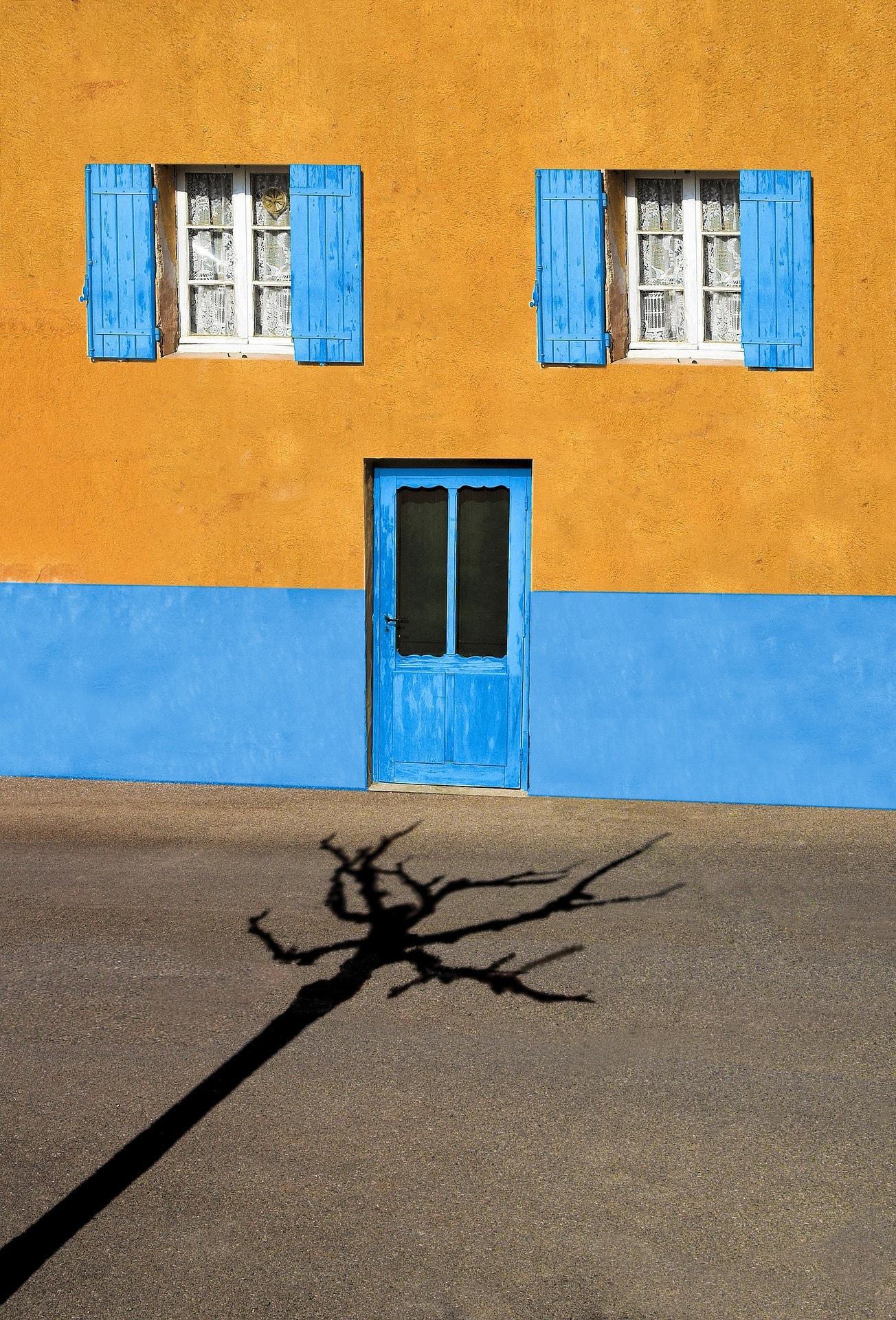 Fotografía callejera de una casa
