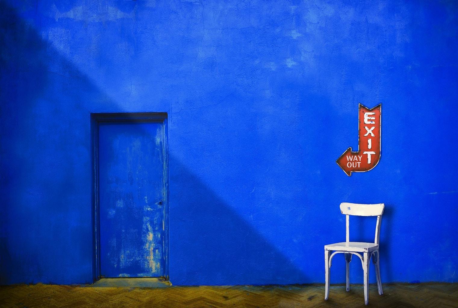 Fotografía callejera muro azul