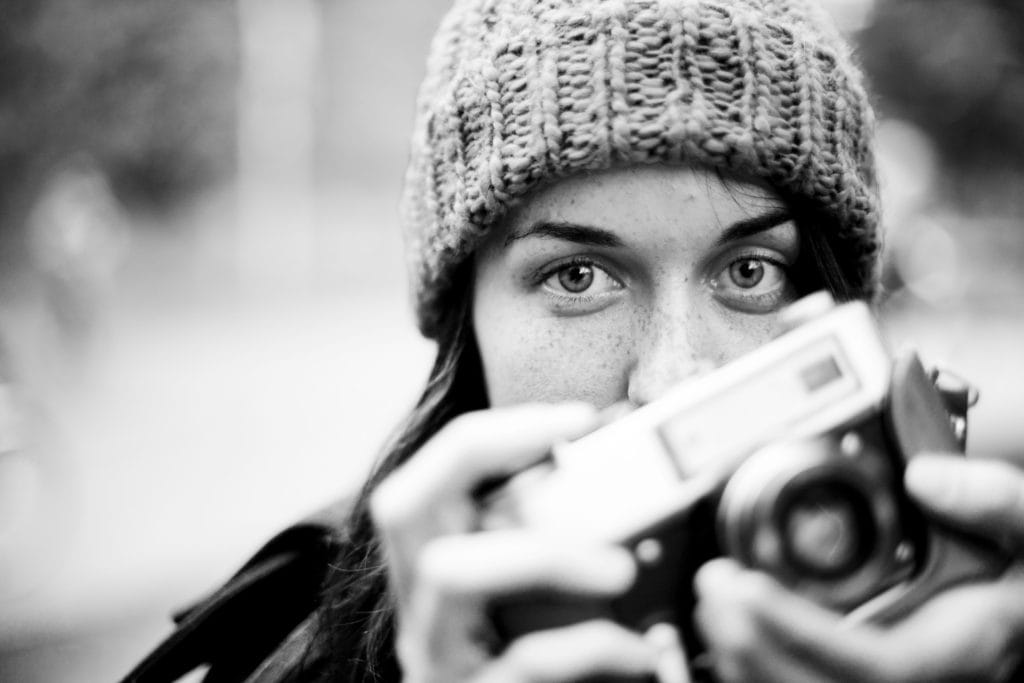 chica con cámara en mano