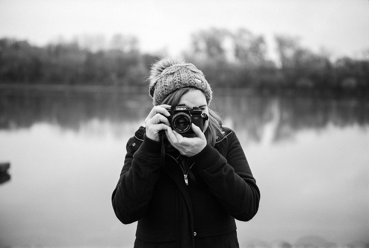 Retrato de una chica con una cámara