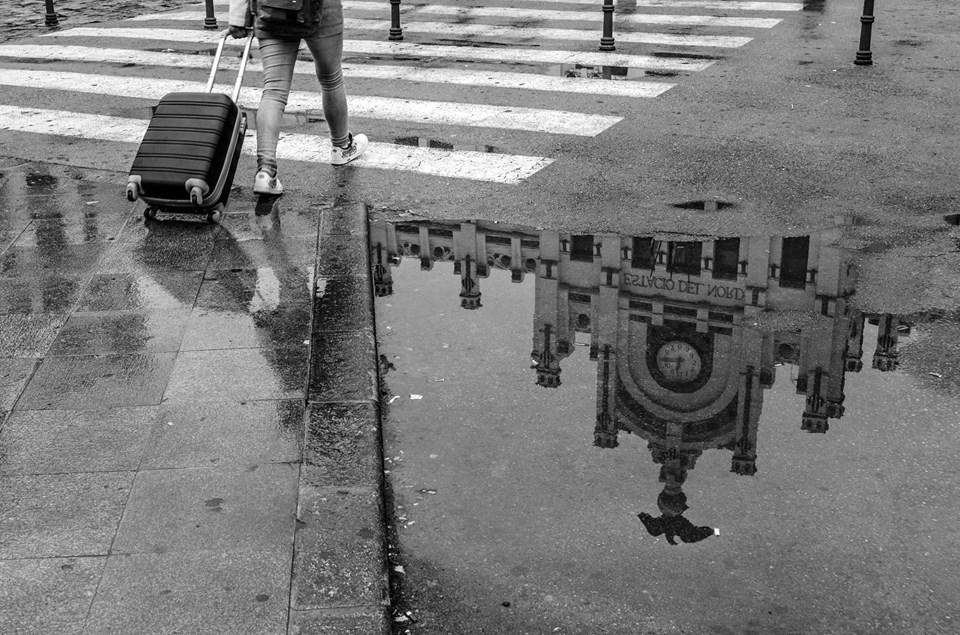 fotografía reflejo edificio en un charco