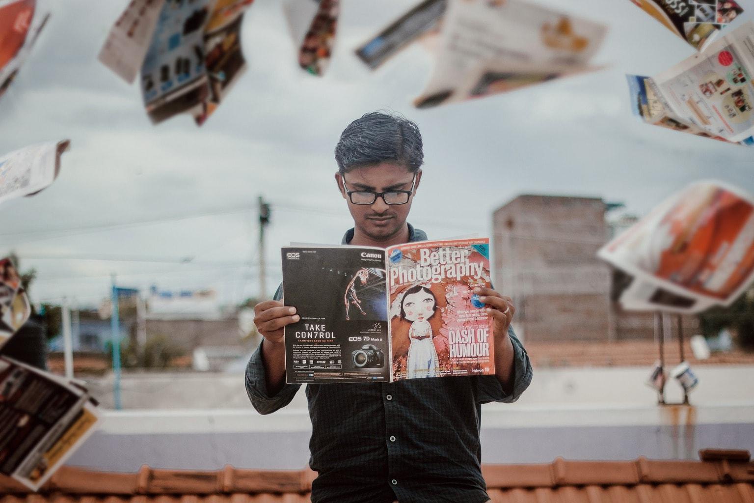 Fotografía hombre leyendo revistas San Valentín
