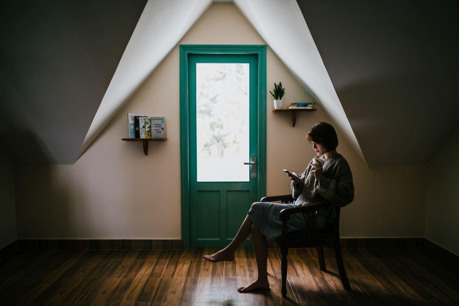 fotografía de una mujer con su móvil