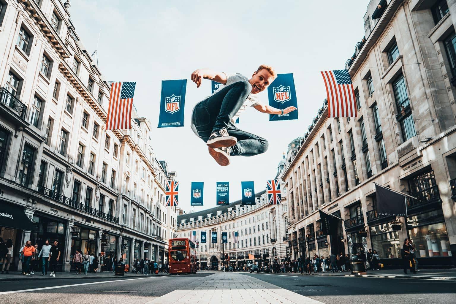 Fotografía de un chico saltando en una calle