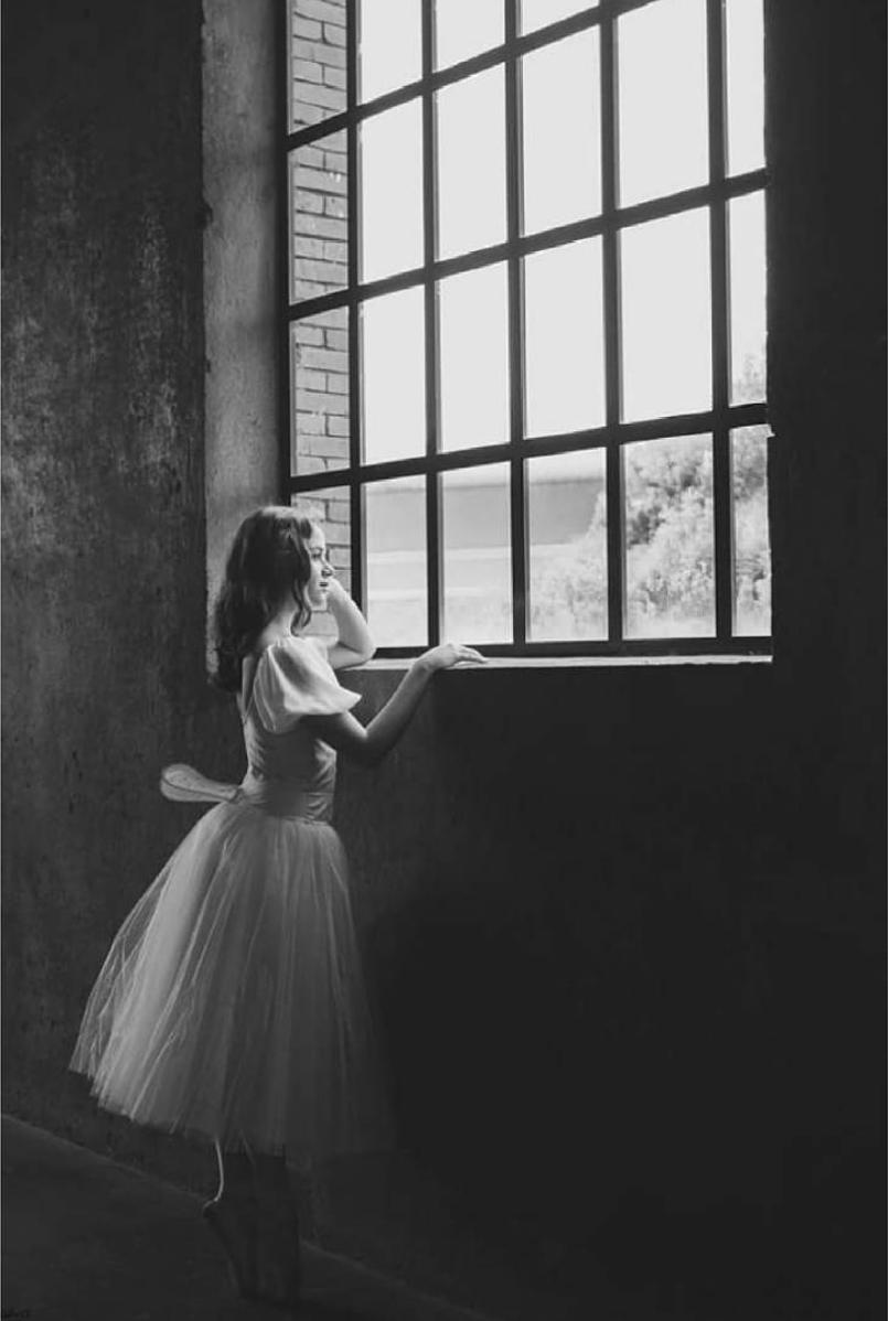 fotografía de una niña frente a  la ventana