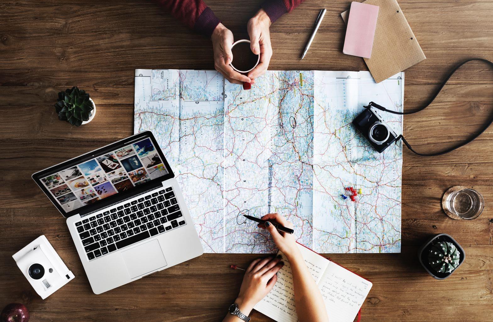 Fotografía de un mapa con ordenador y accesorios