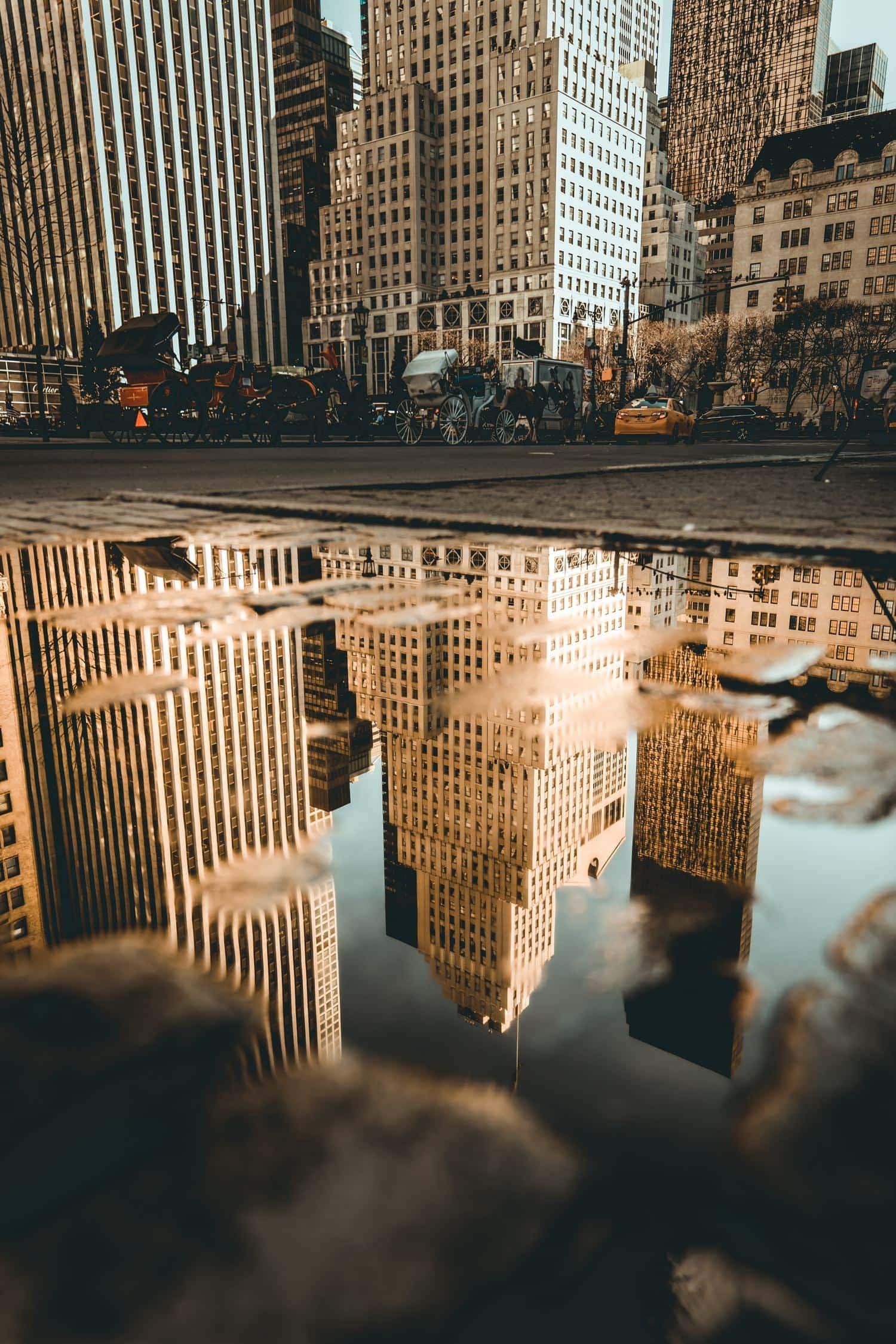 Reflejo edificios de un charco de agua