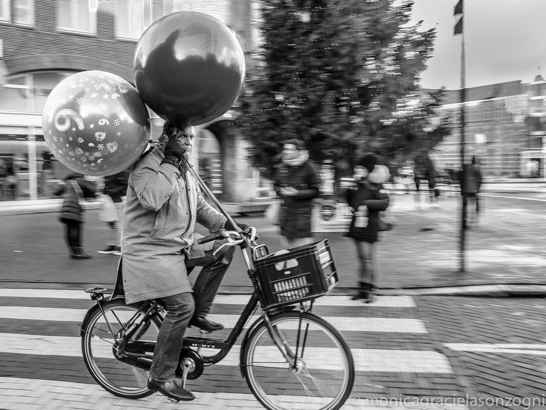 fotografía ciclista con globos