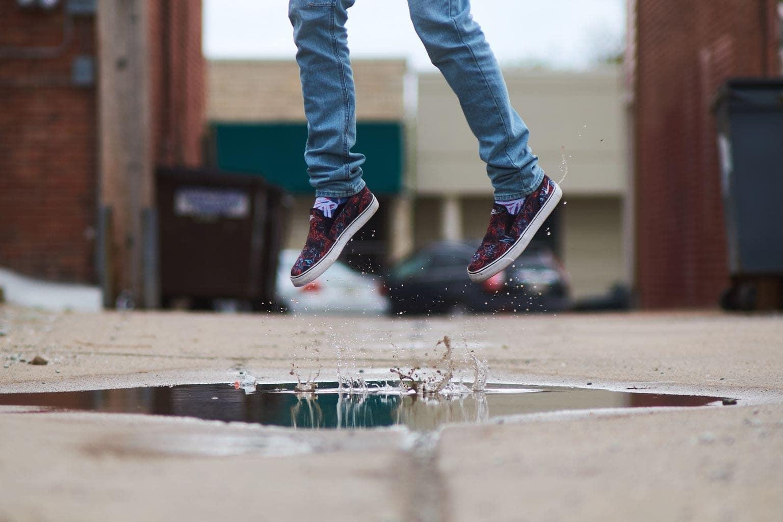 saltando en un charco de agua