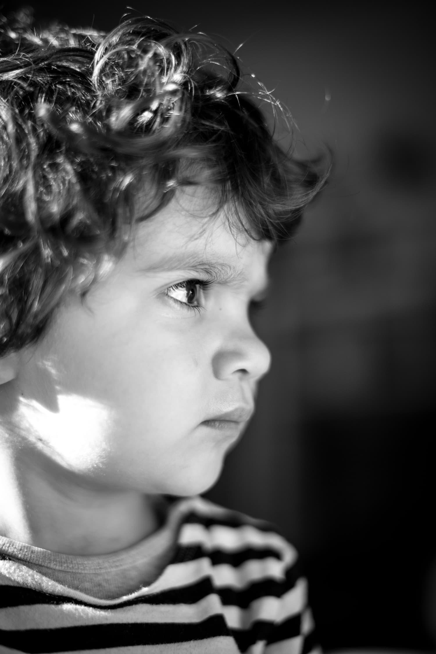 retrato de un niño en blanco y negro