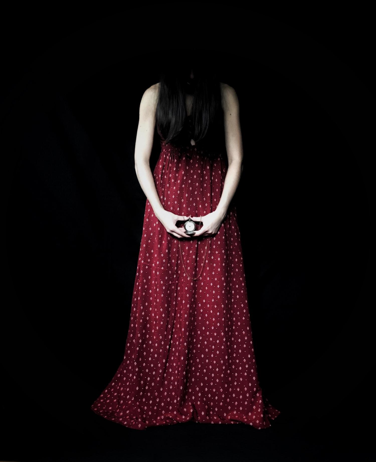 Fotografía mujer en rojo con un reloj