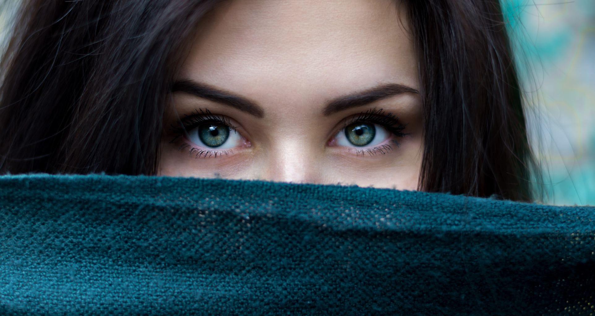 retrato creativo una modelo con ojos verdes