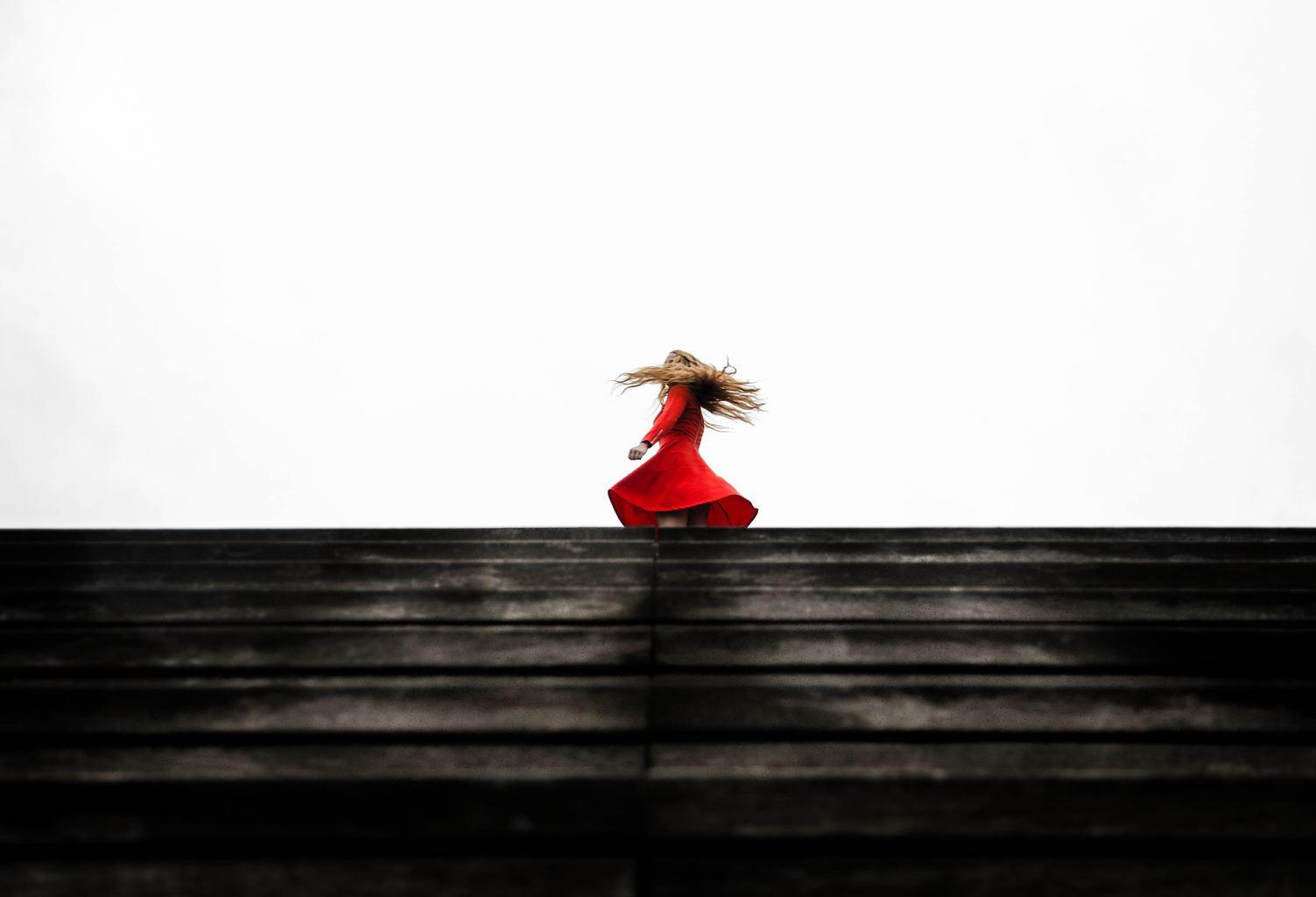 fotografía de una modelo en rojo