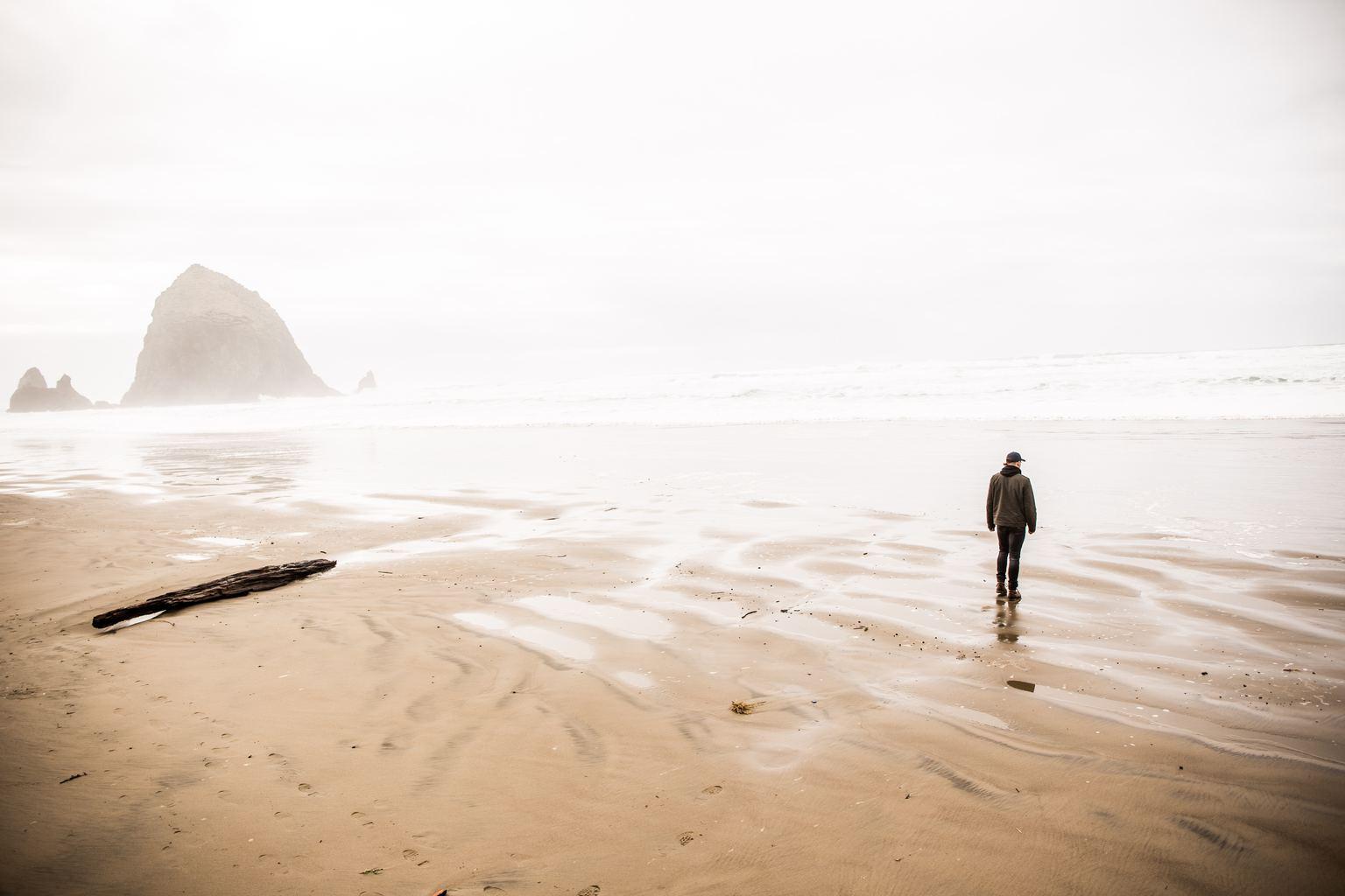 fotografía de un hombre solo en la playa
