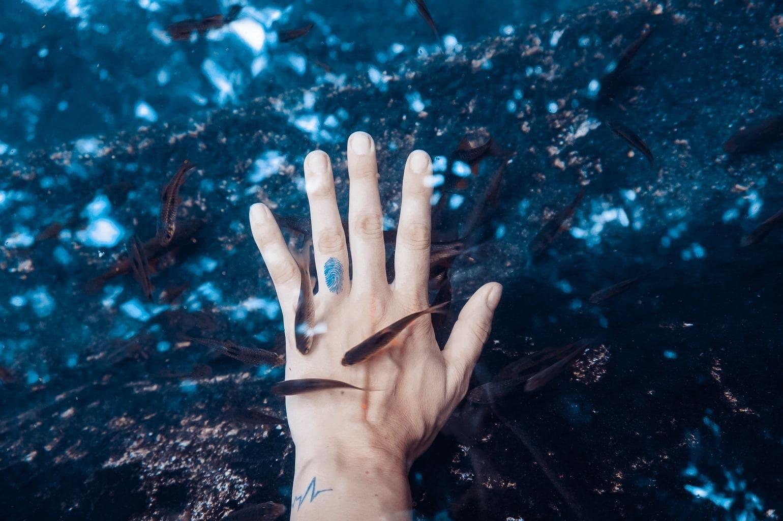 fotografía mano en el agua