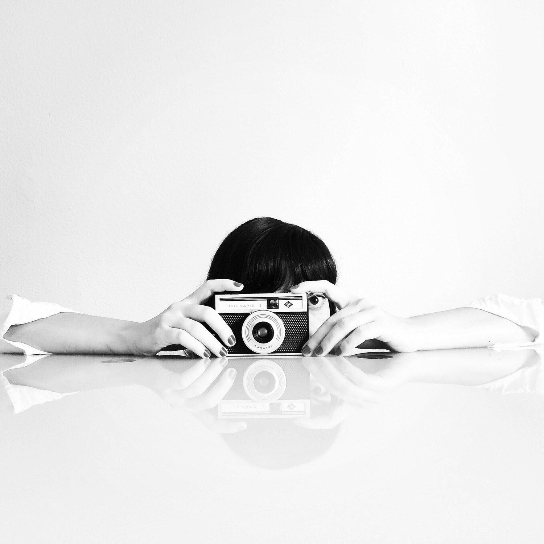 fotografía mujer con cámara analógica