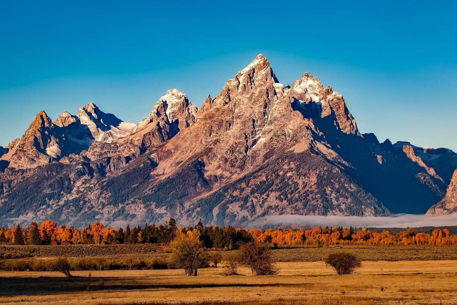 Fotografía otoñal de una montaña