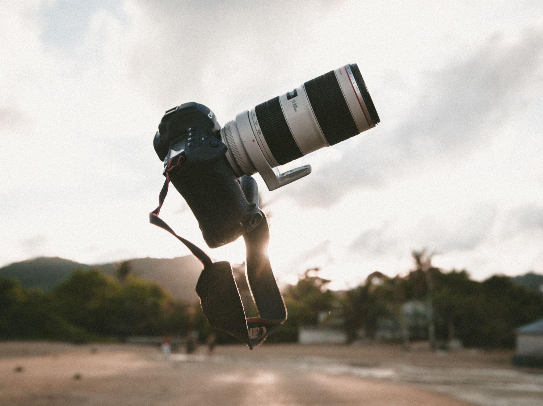Cámara réflex Canon en el aire