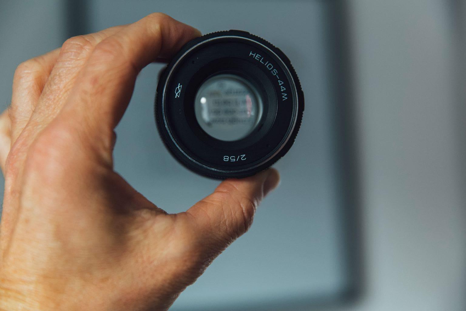 fotografía de un objetivo analógico
