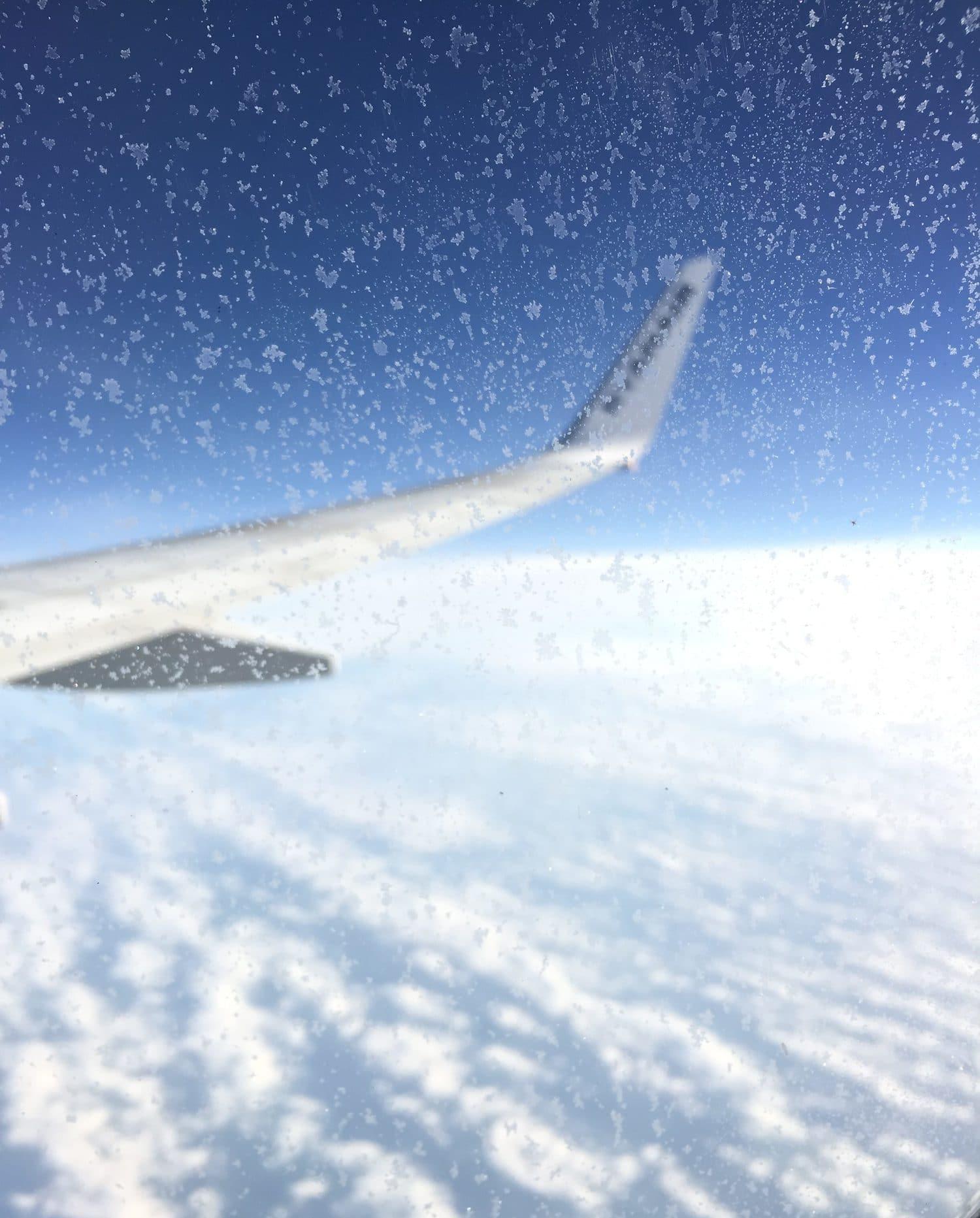 fotografía por ventana de un avión