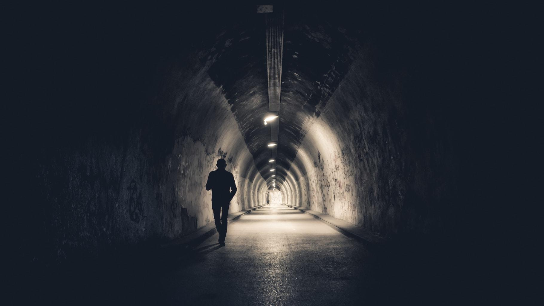 fotografía hombre en un túnel clave baja