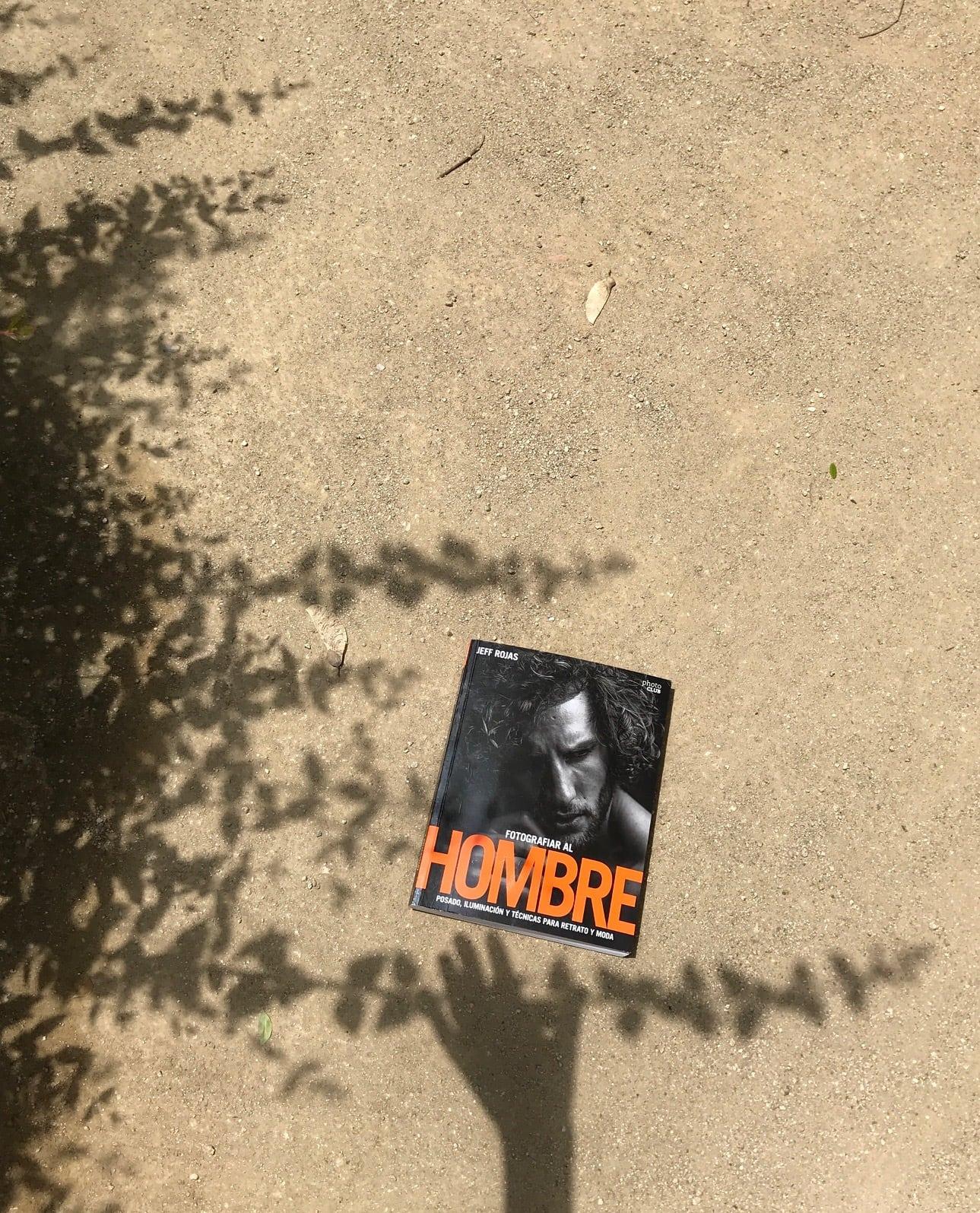 Portada en el suelo Libro fotografiar al hombre