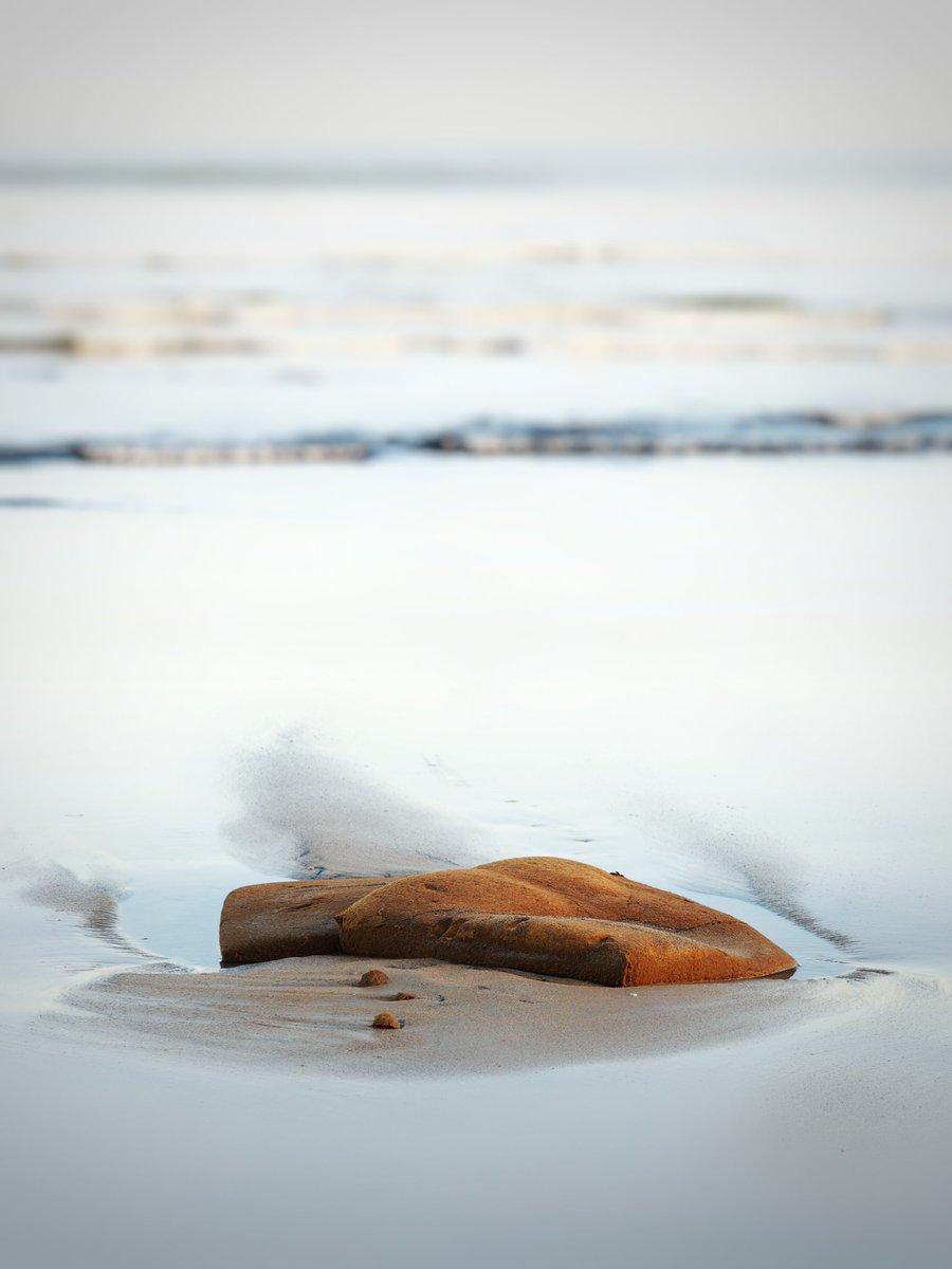 fotografía de una roca en la playa