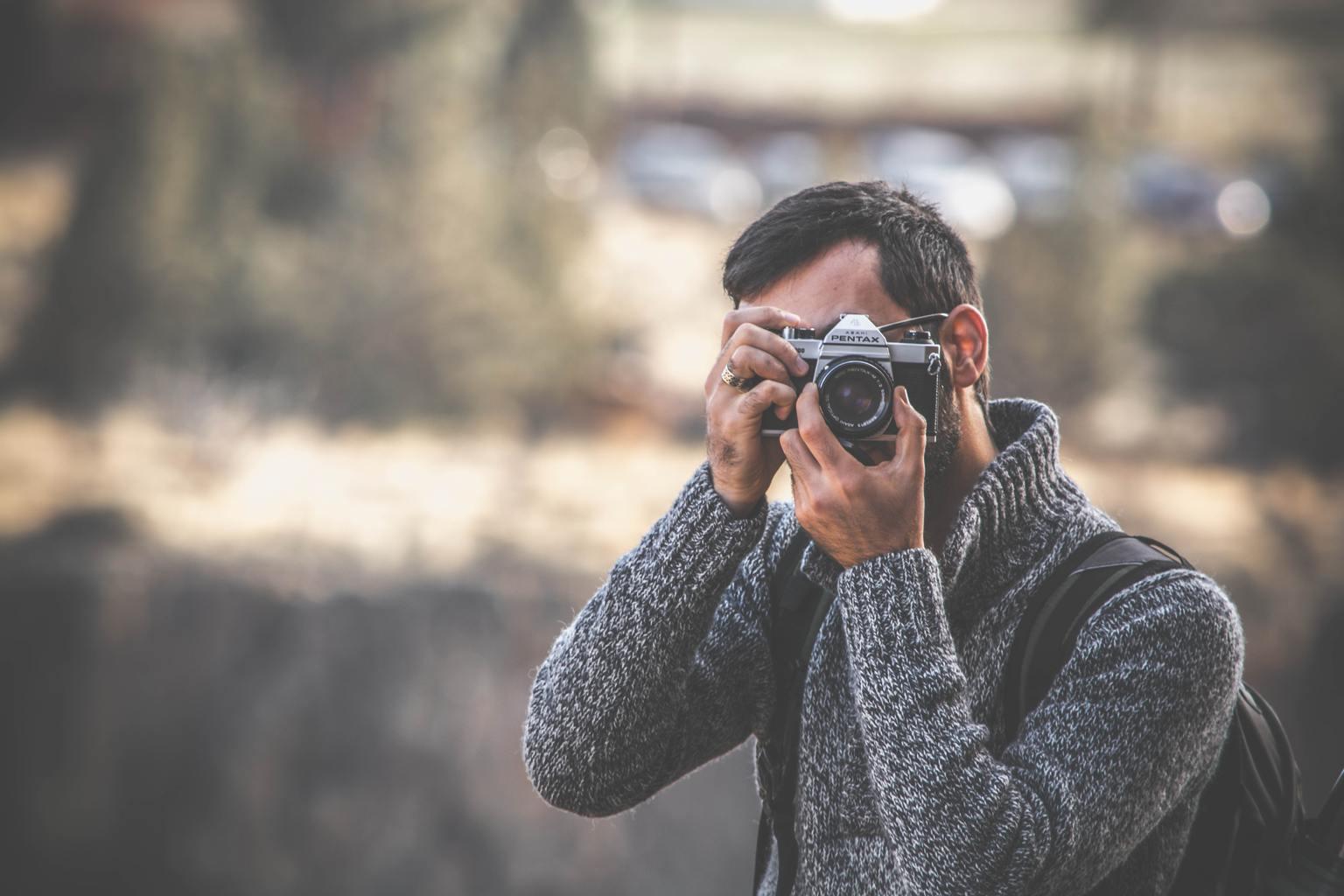 Fotógrafo tomando una foto con una Pentax