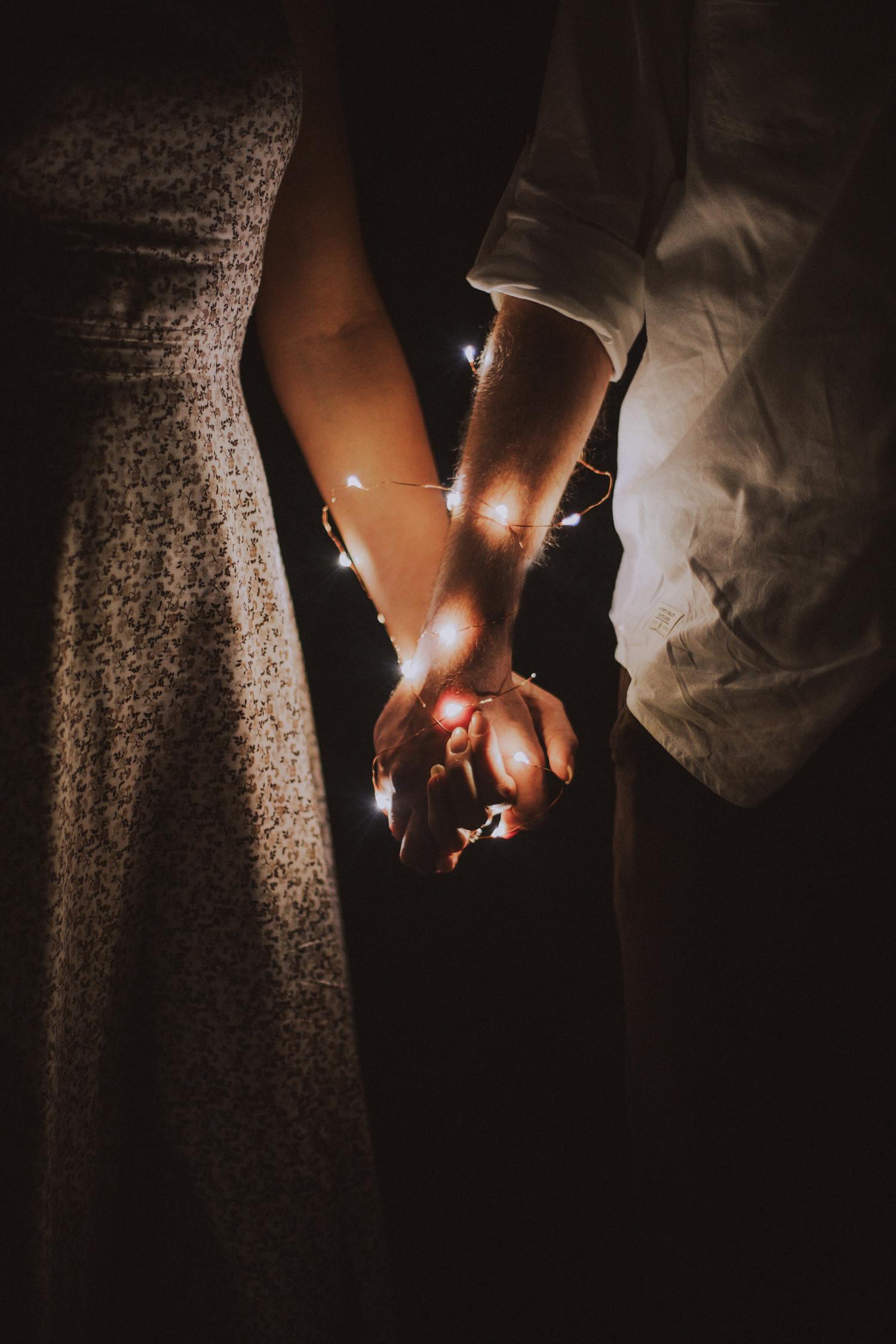 fotografía pareja cogida de manos clave baja