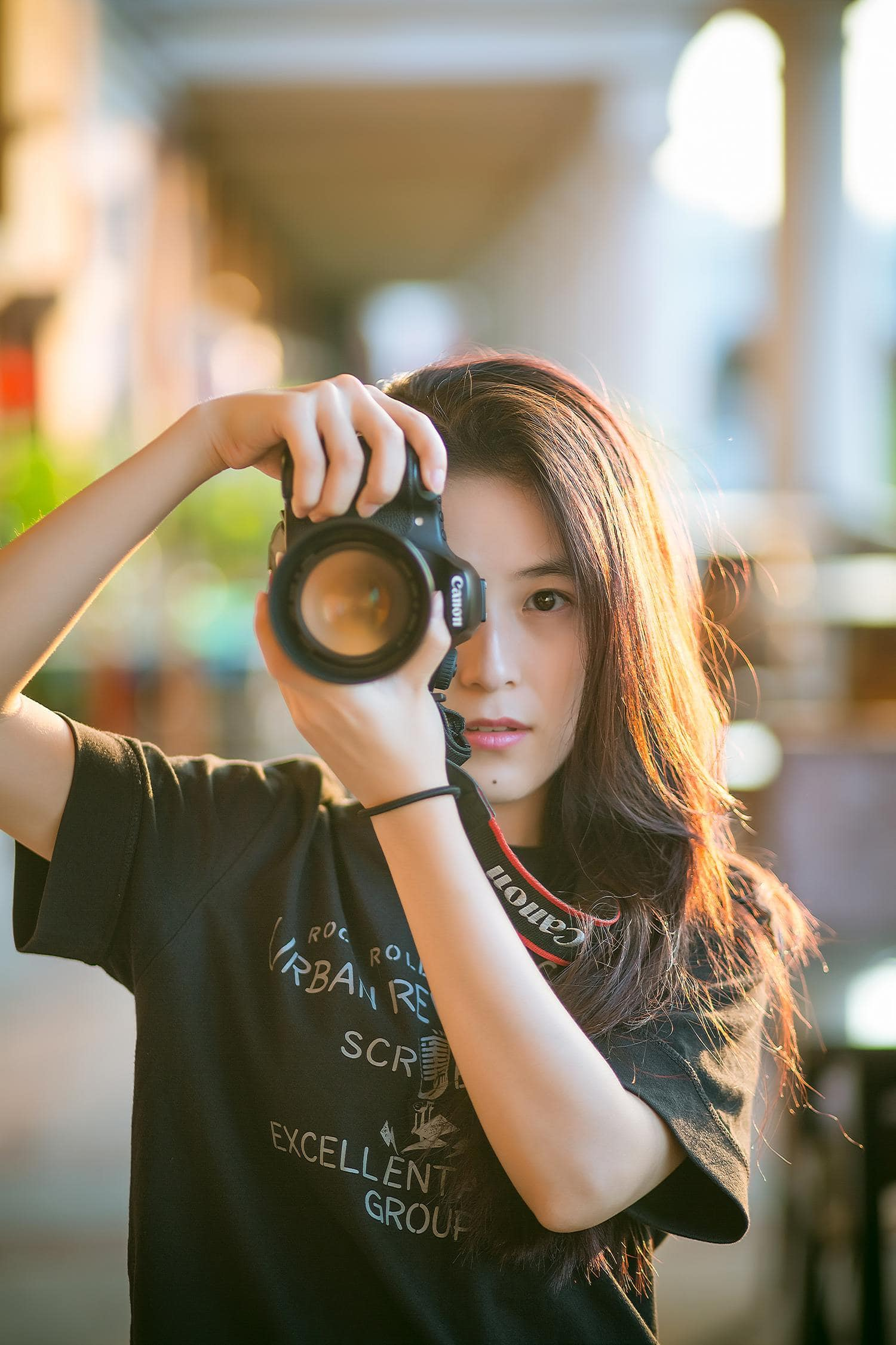 Fotógrafa con una cámara réflex Canon