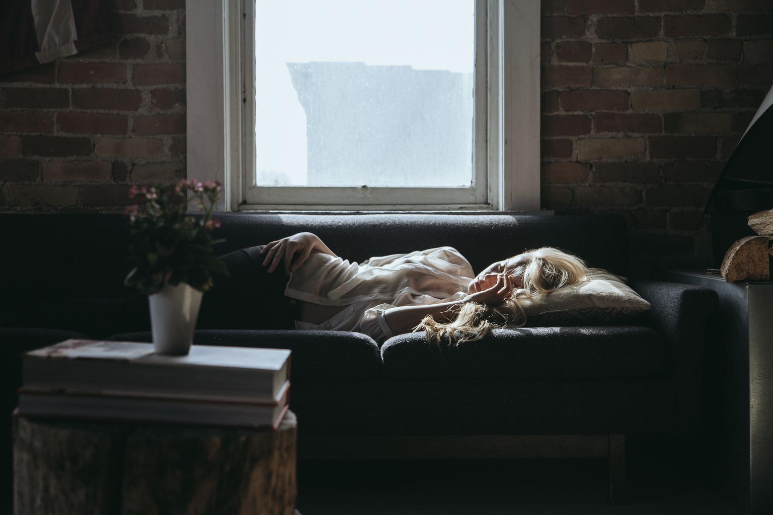 Fotografía de una modelo en un sofá