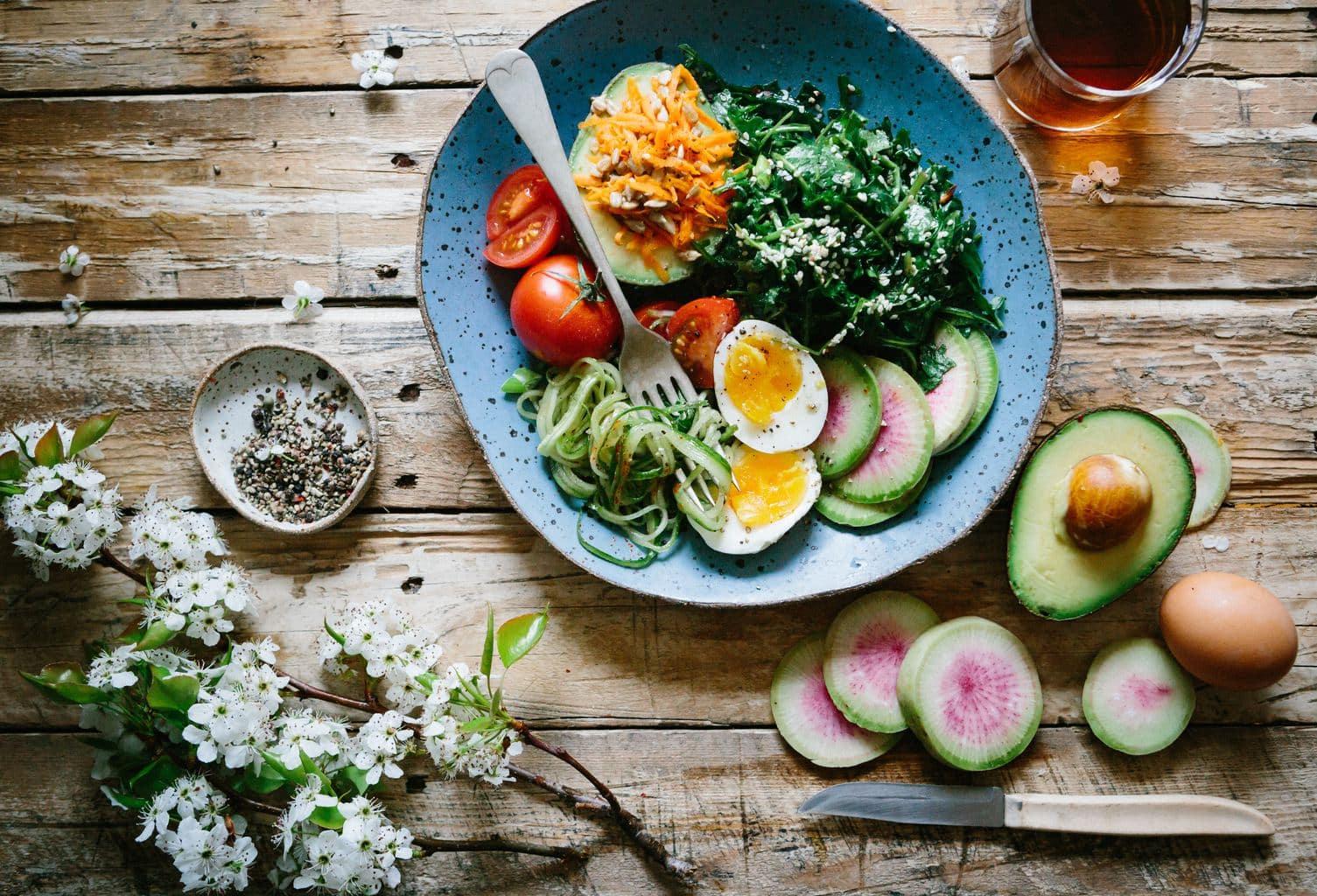 Fotografía culinaria de una ensalada