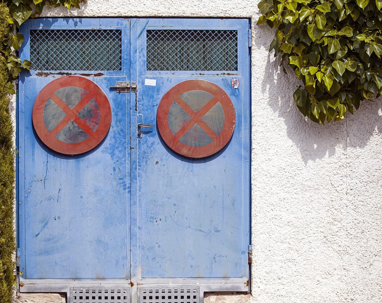 Puertas con señal de prohibido