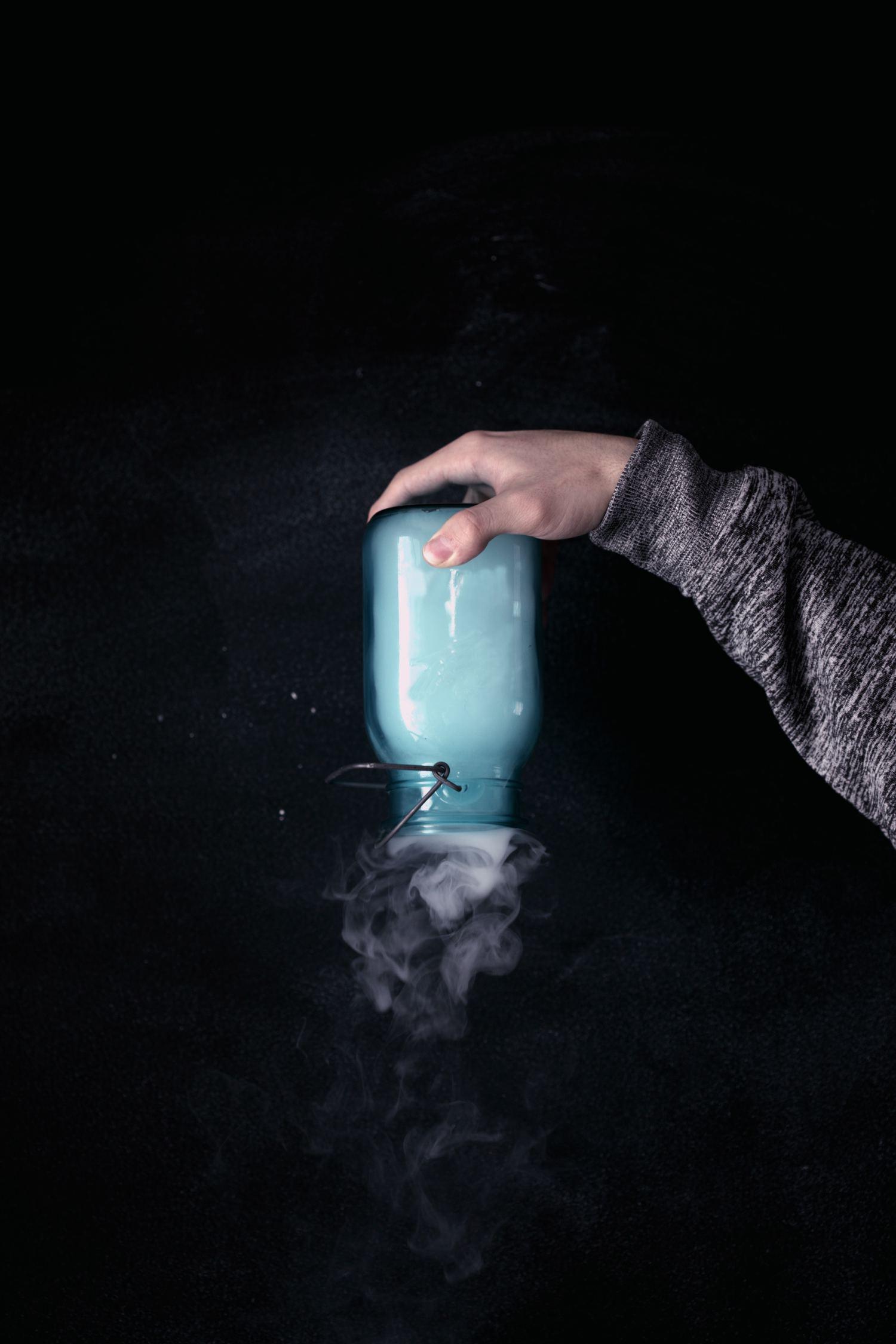 fotografía botella con humo clave baja