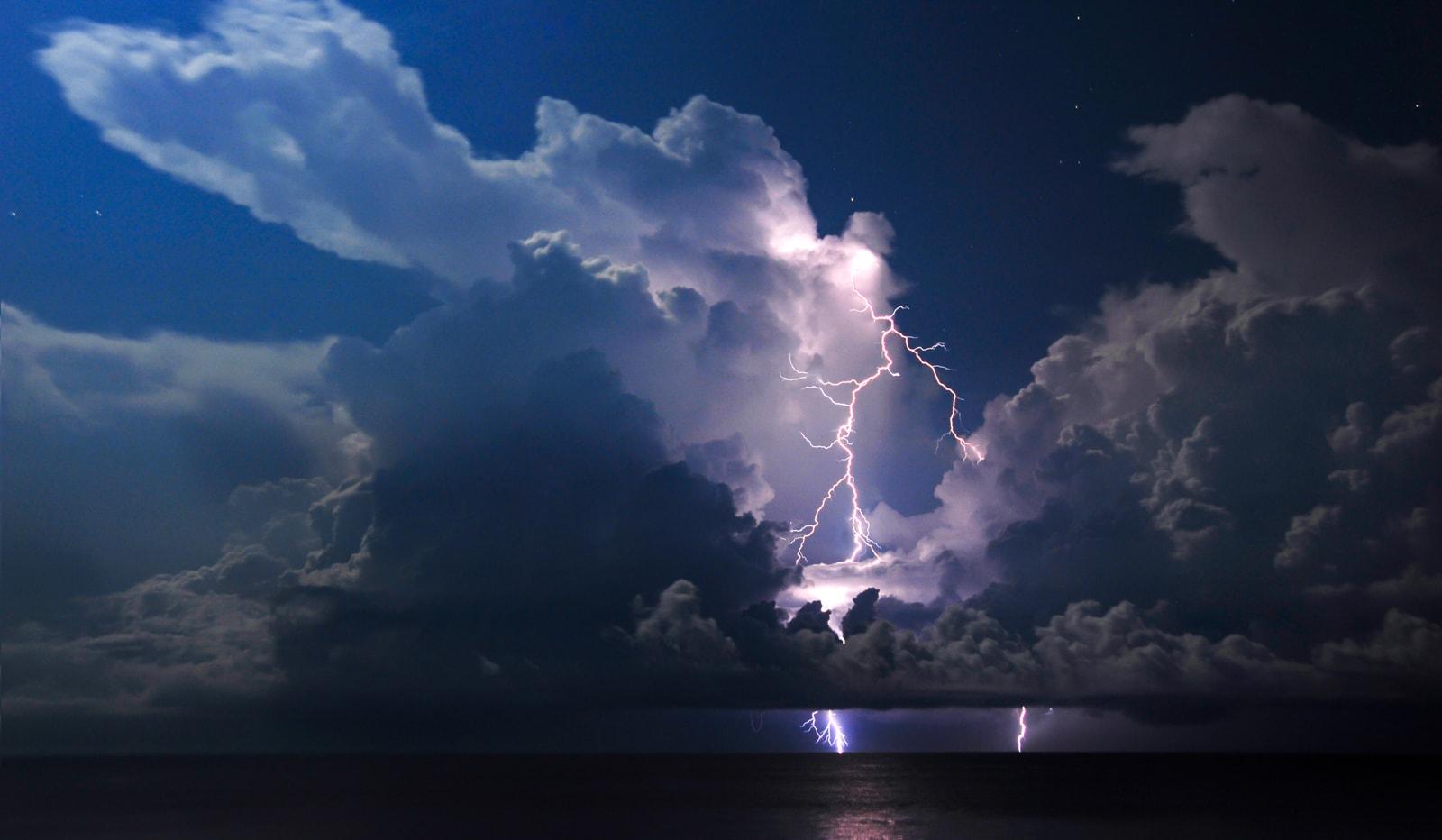 fotografía de un rayo entre nubes