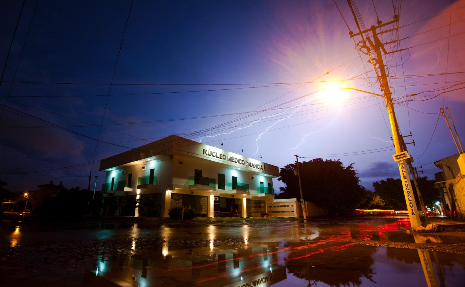 fotografía de un rayo sobre un edificio