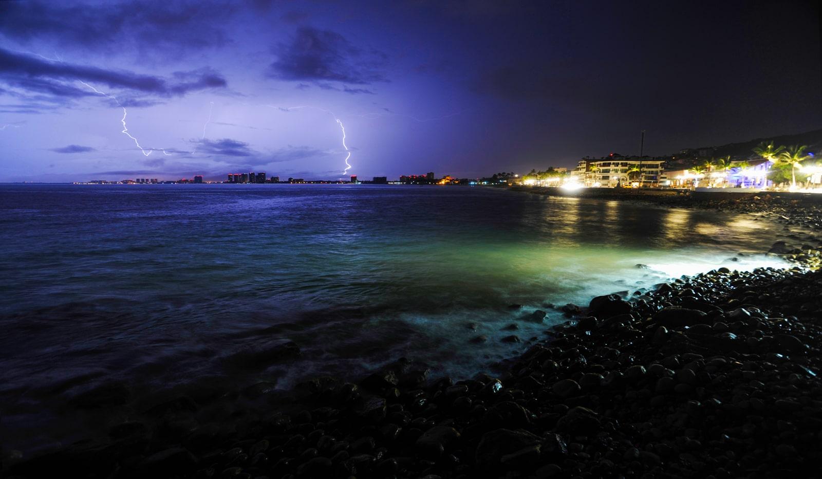 fotografía de un rayo sobre una playa
