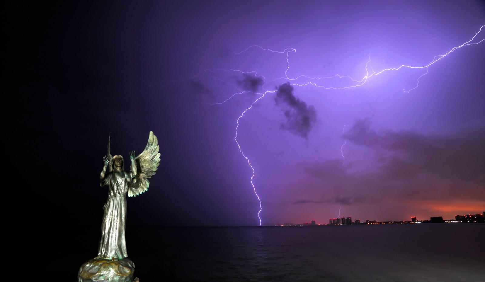 fotografía de una estatua con un rayo