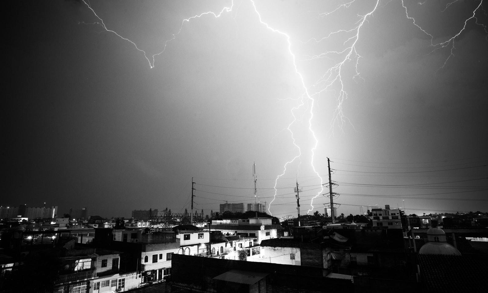 fotografía en blanco y negro de un rayo