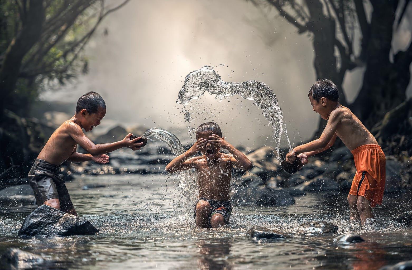 fotografía niños jugando en el agua