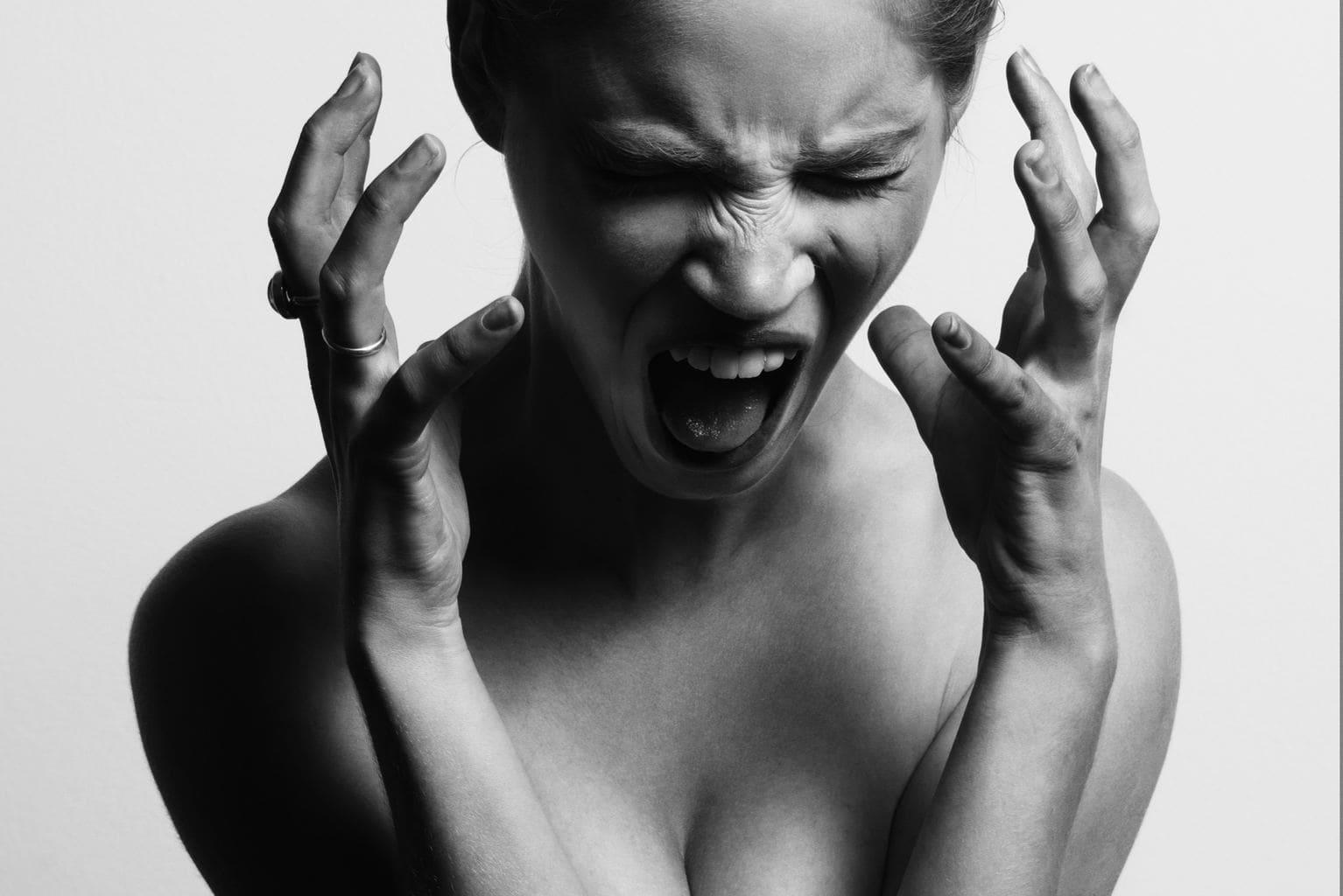 retrato de una mujer gritando