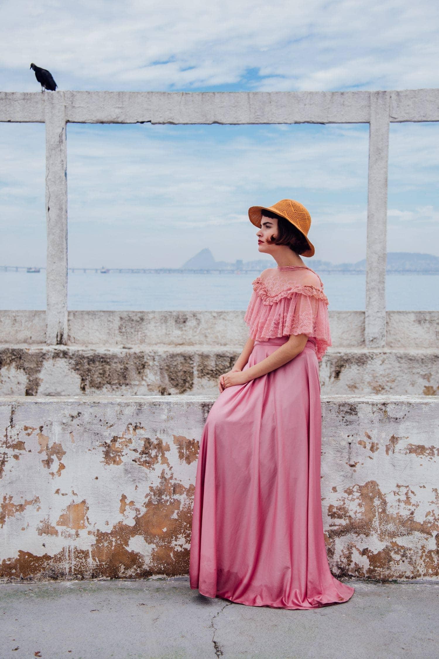Fotografía de una mujer con vestido rosa