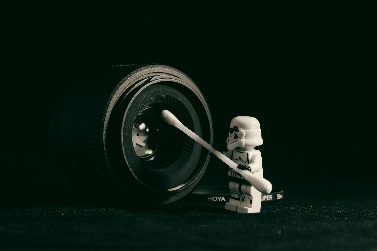 un muñeco lego limpiando un objetivo