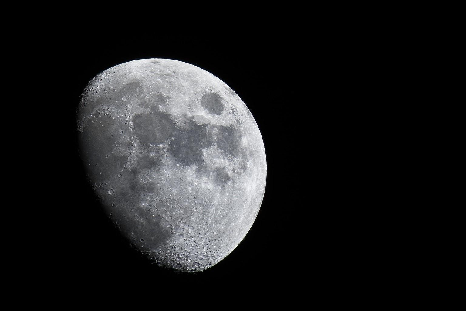 fotografía de la luna tomada con un teleobjetivo