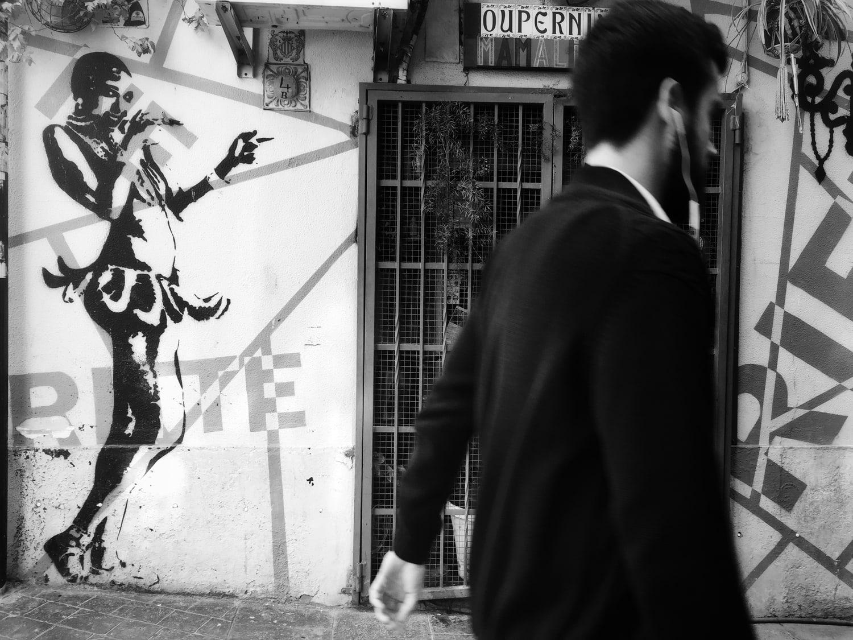 fotografía en blanco y negro con móvil hombre