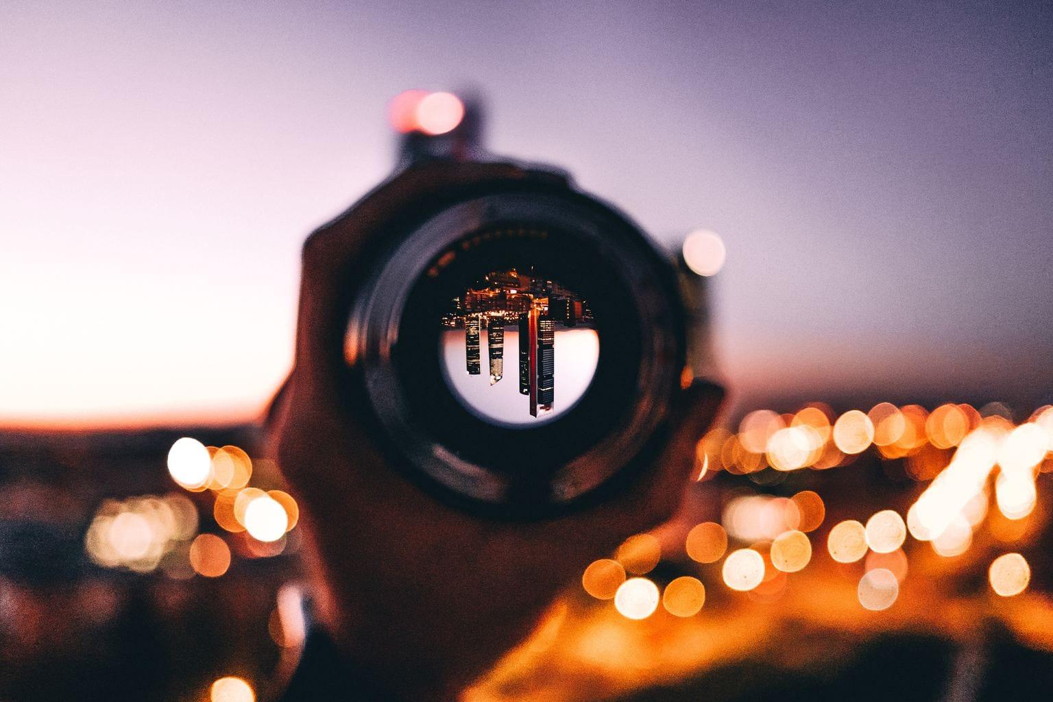 reflejos de los edificios en la lente