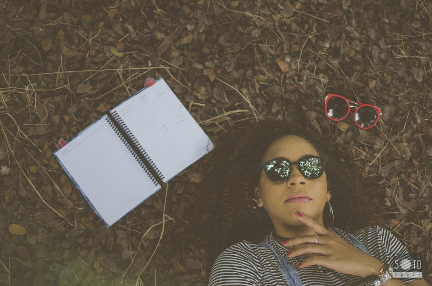 retrato de una chica con gafas de sol